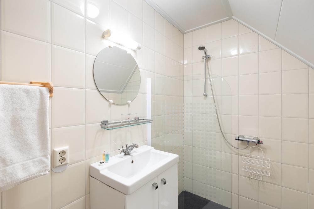 sanitair van landkamer met klein balkon van Grenzeloos