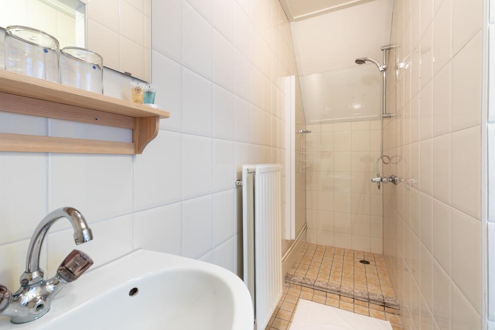 sanitair van landkamer met uitzicht van Grenzeloos