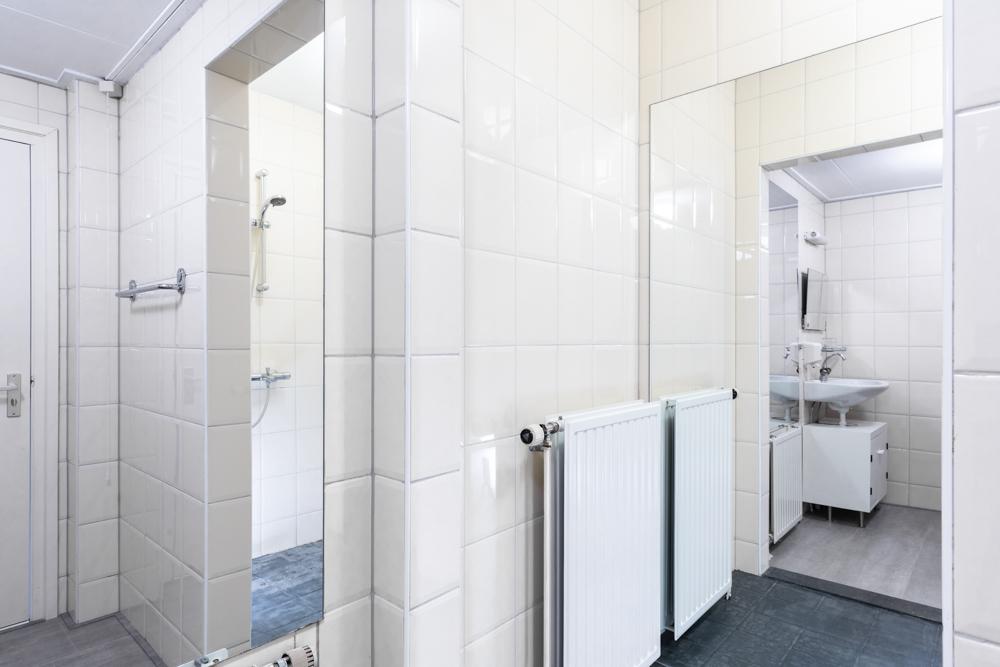 Sanitair van koestalkamer van Grenzeloos
